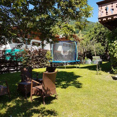 tuin met zitjes en trampoline