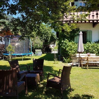 tuin met zitjes en trampolin